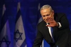 """Израильский премьер Беньямин Нетаньяху приветствует своих сторонников в штабе партии """"Ликуд"""" в Тель-Авиве 23 января 2013 года. Воинственный премьер-министр Беньямин Нетаньяху одержал победу на парламентских выборах в Израиле, прошедших во вторник, и пообещал не позволить Ирану заполучить ядерное оружие. REUTERS/Baz Ratner"""