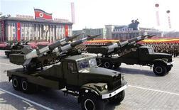 Ракетные комплексы принимают участие в военном параде в Пхеньяне по случаю столетней годовщины со дня рождения Ким Ир Сена 15 апреля 2012 года. Совет безопасности ООН во вторник единогласно осудил декабрьский запуск ракеты Северной Кореей и расширил существующие санкции, на что Пхеньян отреагировал обещанием укрепить военную и ядерную силы страны. REUTERS/KCNA