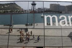 La tasa interanual de las pernoctaciones en hoteles españoles se mantuvo estable en diciembre del año pasado mientras el turismo continuaba arrojando síntomas de debilidad en este tipo de establecimientos. En la imagen de archivo, turistas en el puerto de Barcelona, el 28 de agosto de 2012. REUTERS/Gustau Nacarino