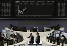 Помещение Франкфуртской фондовой биржи 23 января 2013 года. Европейские акции растут, оставаясь вблизи 22-месячного максимума, благодаря сильной квартальной отчетности таких компаний, как Unilever и Novartis. REUTERS/Remote/Janine Eggert