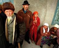 Пожилые казахи ждут пенсий у входа в местное отделение Халык-банка в Акши под Алма-Атой 30 апреля 1998 года. Бессменный президент Казахстана Нурсултан Назарбаев велел передать оцениваемые в $21 миллиард активы частных пенсионных фондов под управление государства, назвав это способом кредитования банков и замедлившейся экономики, зависящей от экспорта нефти. REUTERS/Shamil Zhumatov