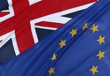 Los socios europeos de Reino Unido dijeron el miércoles que la petición del primer ministro británico, David Cameron, de reformar radicalmente la Unión Europea y su promesa de celebrar un referendo sobre la pertenencia de Londres muestra una actitud egoísta e ignorante. Imagen del 23 de enero de las banderas de Reino Unido y la UE ondeando en el exterior del edificio de la representación de la Comisión Europea en Londres. REUTERS/Stefan Wermuth
