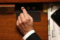 """Les députés français ont adopté mercredi par 323 voix contre 177 le projet de loi créant les """"contrats de génération"""" destinés à favoriser l'embauche des jeunes et le maintien des seniors dans l'emploi. /Photo d'archives/REUTERS/Charles Platiau"""