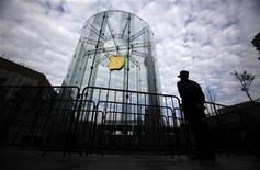 Apple a dégagé au cours du premier trimestre de son exercice fiscal 2012-2013 un chiffre d'affaires trimestriel légèrement inférieur aux attentes, du fait d'un nombre de livraisons d'iPhone également moins élevées que prévu. /Photo prise le 14 décembre 2012/REUTERS/Carlos Barria