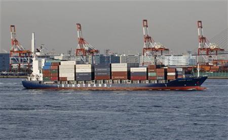 1月24日、財務省が発表した12月貿易統計速報によると、貿易収支(原数値)は6415億円の赤字となった。赤字は6カ月連続。横浜市の港で昨年12月撮影(2013年 ロイター/Yuriko Nakao)