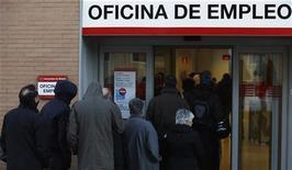 La tasa de paro de España según la Encuesta de la Población Activa (EPA) del cuarto trimestre de 2012 rebasó el 26 por ciento, alcanzando un nuevo récord histórico desde el inicio de la serie en 1976, según datos divulgados el jueves por el Instituto Nacional de Estadística (INE). En la imagen, varias personas esperan para entrar en una oficina del Inem en Madrid, el 24 de enero de 2013. REUTERS/Sergio Pérez