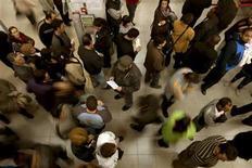 Люди ждут свой очереди в центре занятости в Малаге 2 марта 2010 года. Уровень безработицы в Испании достиг максимального значения с 1970-х годов, когда начали проводить измерения, из-за продолжающейся рецессии и масштабного сокращения расходов. REUTERS/Jon Nazca