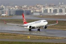 Turkish Airlines prévoit de commander plus de 100 avions monocouloirs d'ici fin mars et finalisera cette semaine une commande de cinq Airbus A330-300, qui s'ajoutera aux 35 gros porteurs commandés l'an dernier. /Photo d'archives/REUTERS/Osman Orsal