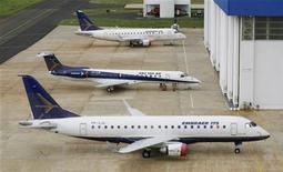 Modelos de jatos comerciais da Embraer 175, 145 XR e 170 (de cima para baixo) estacionados em hangar na fábrica de Gavião Peixoto, São Paulo, em janeiro de 2008. A Embraer anunciou que assinou acordo com a Republic Airways para a venda de até 47 jatos modelo 175. A operação inclui ainda opções de compra para 47 aviões adicionais, o que pode levar o valor do negócio para cerca de 4 bilhões de dólares no total. 18/01/2008 REUTERS/Rickey Rogers