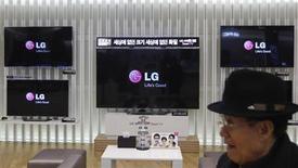 LG Display, uno de los principales proveedores de las pantallas de los iPad y iPhone, dijo que las ventas de pantallas LCD bajarán este trimestre, lo que subraya las preocupaciones acerca de un menor crecimiento para los productos de Apple. En la imagen, un hombre pasa junto a televisiones de LG Display en Seúl, el 23 de enero de 2013. REUTERS/Kim Hong-Ji