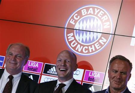 Bayern Munich's President Uli Hoeness (L), Sports Director Matthias Sammer (C) and CEO Karl-Heinz Rummenigge pose for the media after a news conference in Munich July 3, 2012. REUTERS/Michaela Rehle (GERMANY - Tags: SPORT SOCCER)