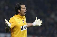 O goleiro do Juventus, Gianluigi Buffon, reage durante partida contra o AC Milan no estádio de San Siro em Milão, Itália. 25/11/2012 REUTERS/Alessandro Garofalo