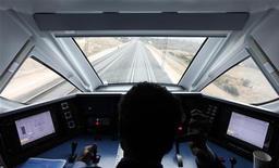El Ministerio de Fomento español presentará la próxima semana un nuevo plan de tarifas de ferrocarril, que incluirá descuentos de hasta el 70 por ciento para los trenes de alta velocidad en función de la antelación con que se saque el billete para combatir la baja ocupación de estos trayectos. Imagen de archivo de un maquinista en la cabina de un tren AVE de Madrid a Valencia en diciembre de 2010. REUTERS/Juan Medina
