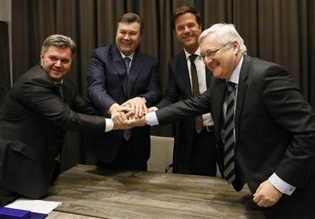 Ukraine's Fuel Minister Eduard Stavitsky, Ukraine's President Viktor Yanukovich, Netherlands' Prime Minister Mark Rutte and Peter Voser CEO of Royal Dutch Shell (L-R) shake hands after exchanging a signed agreement at a meeting during the annual meeting of World Economic Forum (WEF) in Davos January 24, 2013. REUTERS/Pascal Lauener