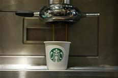 Starbucks a fait état jeudi d'un bénéfice trimestriel en hausse, les consommateurs aux Etats-Unis, plus important marché de la première chaîne mondiale de cafés, ayant dépensé plus que prévu dans ses points de vente pendant la cruciale période des fêtes. /Photo prise le 11 janvier 2013/REUTERS/Stefan Wermuth
