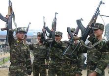 Северокорейские солдаты во время учений на фотографии, распространенной агентством ЦТАК в Пхеньяне 21 августа 2012 года. Северная Корея пригрозила напасть на Южную Корею в случае, если Сеул присоединится к расширенным санкциям ООН, после того как Вашингтон объявил о своих собственных новых санкциях в ответ на запуск северокорейской ракеты в декабре. REUTERS/KCNA
