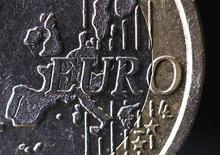 Карта Европы на реверсе монеты евро, Париж, 31 января 2012 года. Курс евро вырос до 11-месячного максимума к доллару и 21-месячного пика к иене после публикации отчета о деловом климате Германии. REUTERS/Mal Langsdon