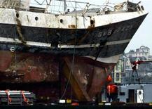 La thèse de l'accrochage par un sous-marin du chalutier français Bugaled Breizh, dont les cinq membres d'équipage étaient morts noyés en 2004 au large des côtes britanniques, a été écartée par les experts mandatés pour éclaircir ce mystérieux naufrage, a annoncé vendredi le procureur de la République de Nantes, Brigitte Lamy. /Photo d'archives/REUTERS