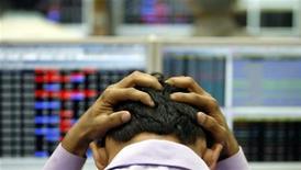 Индийский брокер держится за голову, Бомбей, 22 января 2008 года. Глобальный спрос на активы с развивающихся рынков, подогреваемый повышением темпов роста китайской экономики, по-прежнему не распространяется на российские страновые фонды: они уже вышли в минус за три недели 2013 года. REUTERS/Arko Datta