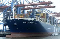 L'armateur marseillais CMA CGM, numéro trois mondial du transport maritime par conteneurs, a annoncé vendredi la cession d'une participation de 49% dans Terminal Link, sa filiale d'opérateur portuaire, pour un montant de 400 millions d'euros. /Photo prise le 12 décembre 2012/REUTERS/Fabian Bimmer
