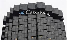 CaixaBank acordó comprar el negocio de seguros de Caser en Banca Cívica por importe de 215 millones de euros, dijo el viernes la entidad catalana. En la imagen, un logo de Caixabank en su sede en Barcelona, el 26 de octubre de 2012. REUTERS/Albert Gea