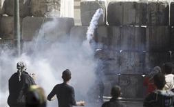 Jet de gaz lacrymogène près de la place Tahrir, au Caire. Des centaines de manifestants, jeunes pour la plupart, ont affronté la police vendredi place Tahrir, au Caire, ainsi qu'à Alexandrie alors que l'Egypte célèbre le deuxième anniversaire du début de la révolution qui a chassé Hosni Moubarak du pouvoir. /Photo prise le 25 janvier 2013/REUTERS/Amr Abdallah Dalsh