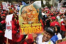 Imagen de archivo de un grupo de partidarios del presidente de Venezuela, Hugo Chávez, con una pancarta alusiva a él durante un mitin en Caracas, ene 23 2013. El Gobierno de Venezuela ha comenzado a magnificar a los enemigos de siempre, en lo que algunos ven como un viejo ardid para mantener el apoyo popular y desviar las inquietudes sobre la salud del ausente presidente Hugo Chávez. REUTERS/Jorge Silva