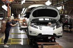 Foto de archivo de una trabajadora en la planta de General Motors en Hamtramck, EEUU, jul 27 2011. Se estima que las ventas de automóviles en Estados Unidos continuarían el tórrido ritmo establecido a fin del año pasado, con un crecimiento de las ventas de hasta un 15 por ciento debido a una mejoría en el mercado inmobiliario y una reprimida demanda de automóviles y camiones. REUTERS/Rebecca Cook