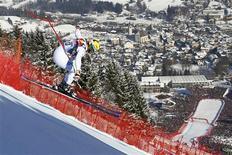 L'Italien Dominik Paris s'est imposé sur la célèbre piste du Hahnenkamm pour gagner la descente de Kitzbühel comptant pour la Coupe du monde de ski alpin. /Photo prise le 26 janvier 2013/ REUTERS/Dominic Ebenbichler