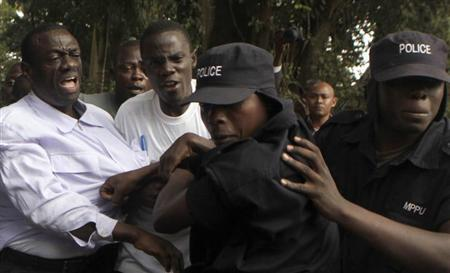 Ugandan policemen arrest opposition leader Kizza Besigye (L) ahead of a rally to demonstrate against corruption and economic hardships in Uganda's capital Kampala January 19, 2012. REUTERS/James Akena