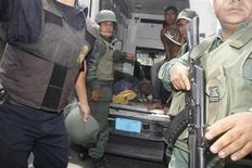 Soldados preparam-se para evacuar vítimas não identificadas durante um levante na prisão Centro Occidental (Uribana) em Barquisimeto, Venezuela. REUTERS/Diario el Informador