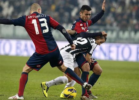 Juventus Sebastian Giovinco (C) fights for the ball with Genoa's Luca Antonelli (L) and his teammate Francelin Matuzalem during their Serie A soccer match at Juventus stadium in Turin January 26, 2013. REUTERS/Stefano Rellandini