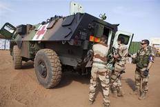 Las fuerzas de Francia y Mali que combaten a islamistas han tomado el control del bastión islamista de Gao, el mayor éxito militar hasta el momento en una ofensiva contra insurgentes aliados de Al Qaeda que ocupan el norte del país de Africa Occidental. En la imagen, un equipo militar médico francés se prepara para salir del aeropuerto de Bamako, 26 de enero 2013. REUTERS/Malin Palm