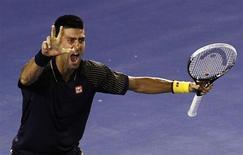 Novak Djokovic se convirtió el domingo en el primer tenista de la historia en lograr tres Abiertos de Australia consecutivos en la era profesional al derrotar al tercer cabeza de serie, Andy Murray, por 6-7, 7-6, 6-3 y 6-2 en un duro partido de desgaste. En la imagen, Djokovic celebra con tres dedos extendidos su victoria en Melbourne frente a Murray. REUTERS/Navesh Chitrakar