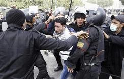 Tropa de choque prende um manifestante (centro) que protesta contra o presidente egípcio, Mohamed Mursi, no Cairo, Egito. 27/01/2013 REUTERS/Mohamed Abd El Ghany