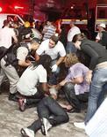 Al menos 245 personas murieron el domingo tras un incendio en una discoteca del sur de Brasil, donde según los bomberos los responsables de seguridad del local habían trancado las salidas de emergencia. En la imagen, un policía y equipos de rescate ayudan a un hombre a las afueras de la discoteca de Santa María, Brasil, el 27 de enero de 2013. REUTERS/Germano Roratto/Agencia RBS
