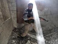 Um soldado do Exército da Síria Livre grita durante confrontos em Damasco, Síria. 26/01/2013 REUTERS/Goran Tomasevic