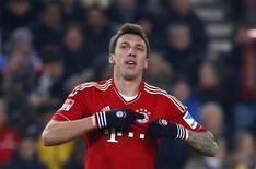 Le Croate Mario Mandzukic a marqué un but et offert une passe décisive à Thomas Müller, dimanche, lors de la victoire 2-0 à Stuttgart du Bayern Munich, toujours plus solidement installé au sommet de la Bundesliga après 19 journées. Les Bavarois, 48 points au compteur, ont désormais onze longueurs d'avance sur le deuxième, le Bayern Leverkusen. /Photo prise le 27 janvier 2013/REUTERS/Kai Pfaffenbach