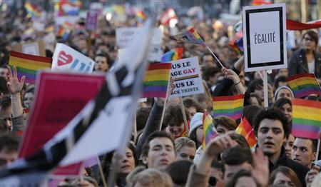 Thousands march in Paris to support gay marriage