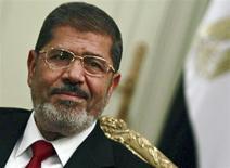 Le président égyptien Mohamed Morsi a déclaré dimanche soir l'état d'urgence pendant trente jours dans les villes de Suez, Ismaïlia et Port-Saïd, théâtres d'affrontements qui ont fait 46 morts depuis quatre jours dans le pays. /Photo prise le 2 juillet 2012/REUTERS/Amr Abdallah Dalsh