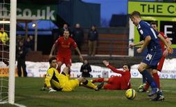 But contre Liverpool de Matt Smith (à droite) pour Oldham Athletic, un club de 3e division en Coupe d'Angleterre. Les Reds se sont inclinés 3-2 et quittent la compétition dès le 4e tour. /Photo prise le 27 janvier 2013/REUTERS/Phil Noble