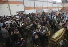 Familiares de vítimas mortas em incêndio em boate Kiss, que deixou mais de 230 mortos em Santa Maria, identificam corpos. REUTERS/Ricardo Moraes