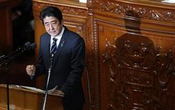 Lors de son premier discours au Parlement depuis son retour au pouvoir le mois dernier, le Premier ministre japonais Shinzo Abe a demandé lundi à la Banque du Japon (BoJ) d'atteindre son objectif d'inflation aussi vite que possible. /Photo prise le 28 janvier 2013/REUTERS/Toru Hanai