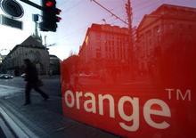 France Télécom-Orange compte augmenter ses tarifs en France entre 5 et 10 euros dans le cadre du déploiement des fréquences dans le très haut débit mobile (4G), déclare lundi le directeur général délégué et directeur financier de l'opérateur télécoms dans un entretien aux Echos. /Photo d'archives/REUTERS/Denis Balibouse