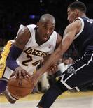 Kobe Bryant contribuyó a que los Lakers superaran al actual líder de la NBA, los Thunder de Oklahoma, por 105-96 el domingo cuando tratan de dar la vuelta a un penoso comienzo de temporada. En la imagen, de 27 de enero, Kobe Bryant de los Lakers en una jugada con Thabo Sefolosha de los Thunder. REUTERS/Alex Gallardo