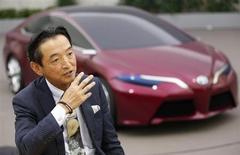 Toyota Motor Corp recuperó la corona como la automotriz con más ventas en el 2012, reportando máximos históricos de ventas y superando a sus rivales General Motors y Volkswagen. En la imagen, el director ejecutivo de Toyota, Tokuo Fukuichi, habla frente a un modelo de vehículo NS4 durante una entrevista con Reuters en el centro de diseño de la empresa en Toyota, centro de Japón, el pasado 28 de noviembre de 2012. REUTERS/Yuriko Nakao