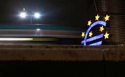 Символ валюты евро у здания ЕЦБ во Франкфурте-на-Майне 8 января 2013 года. Международные банкиры и министры финансов предупредили, что европейский кризис еще не закончен несмотря на то, что евро стабилизировался, а преодоление экономического недомогания и массовой безработицы в Европе займет годы. REUTERS/Kai Pfaffenbach