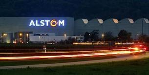 En tête du CAC 40, Alstom poursuit sur sa lancée et gagne 1,95%. Le titre ne cesse de progresser depuis le 22 janvier, date à laquelle le groupe a dit anticiper une fort niveau de commandes pour le quatrième trimestre de son exercice 2012-2013. /Photo d'archives/REUTERS/Arnd Wiegmann