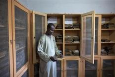 Combatientes islamistas que huían de Tombuctú ante la llegada de las tropas francesas y malienses incendiaron una biblioteca que contenía miles de preciados manuscritos, dijo el lunes el alcalde de la ciudad. En la imagen de archivo, un librero examina un manuscrito islámico del siglo XVII en la Biblioteca de Manuscritos de Yenné en la localidad de este mismo nombre situada en el centro de Mali en septiembre del año pasado. Yenné también tiene al menos 10.000 manuscritos en colecciones privadas de los siglos XIV al XX. Los libreros de Tombuctú pidieron la digitalización de los manuscritos de Yenné después de la toma de la histórica ciudad. REUTERS/Joe Penney