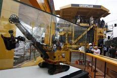 Caterpillar, à suivre à la Bourse de New York, a publié lundi un bénéfice trimestriel en baisse de 55%, ses clients ayant vendu leurs stocks existants plutôt que d'acheter de nouvelles machines. /Photo d'archives/REUTERS/Ivan Alvarado